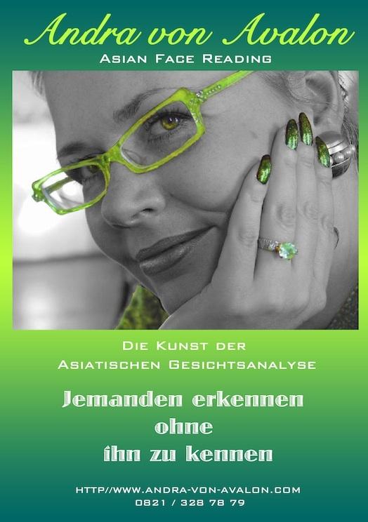 Nahaufnahme - Andra von Avalon mit grüner Brille